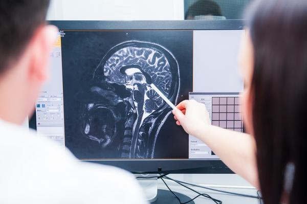 doctor reviewing brain injury imagery with patient