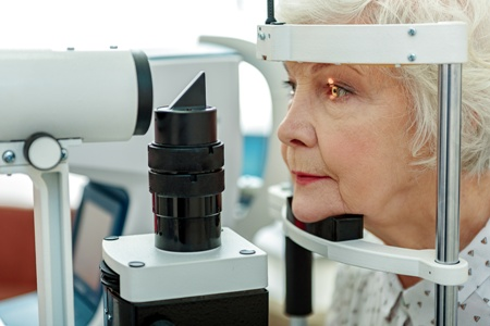 glaucoma slit lamp examination for elderly woman