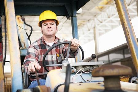 trabajador de la construcción que opera la máquina