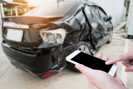 conductor tomando foto con teléfono inteligente de accidente de coche