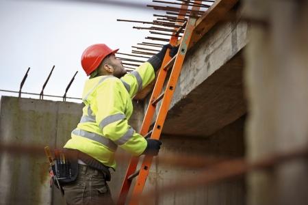 trabajador de la construcción en la escalera