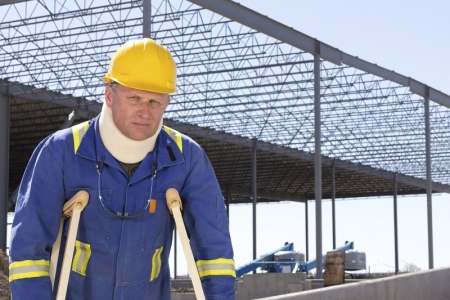 trabajador con muletas con ortesis de cuello
